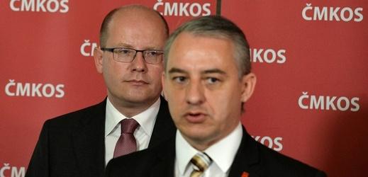 Šéf odborů Josef Středula (v popředí) a Bohuslav Sobotka.