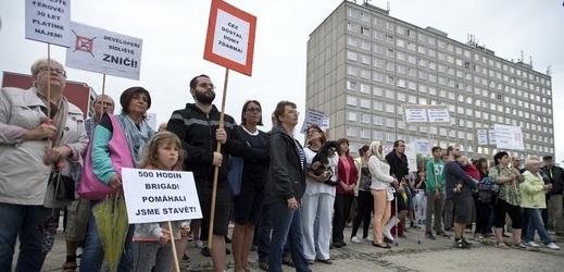 Obyvatelé pražského sídliště Písnice, kteří nesouhlasí s prodejem bytů ve vlastnictví společnosti ČEZ, se sešli 9. srpna na demonstraci u zdejší prodejny Albert. Vzadu je jeden z domů s byty určenými k prodeji.