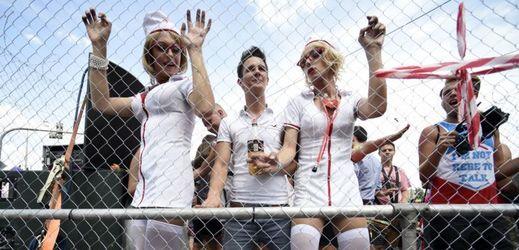 Zdravotní sestřičky v průvodu Prague Pride.